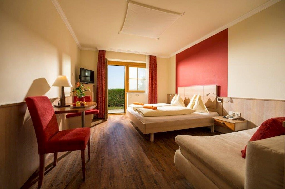 wohnen an der therme loipersdorf im hotel panoramahof. Black Bedroom Furniture Sets. Home Design Ideas